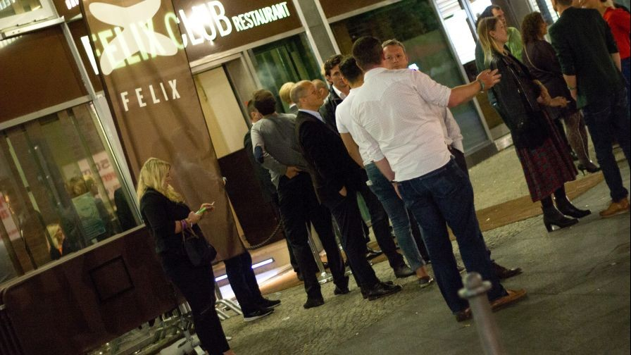 Party-goers arrive to Felix Club, Mittel